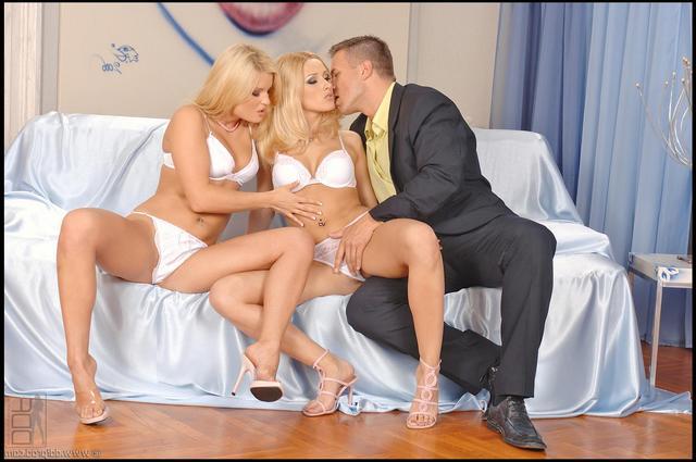 Бизнесмен спаривается с 2-мя любовницами смотреть эротику