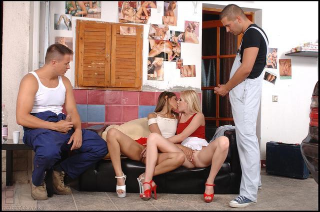 Элитные проститутки приехали к мужчинам смотреть эротику