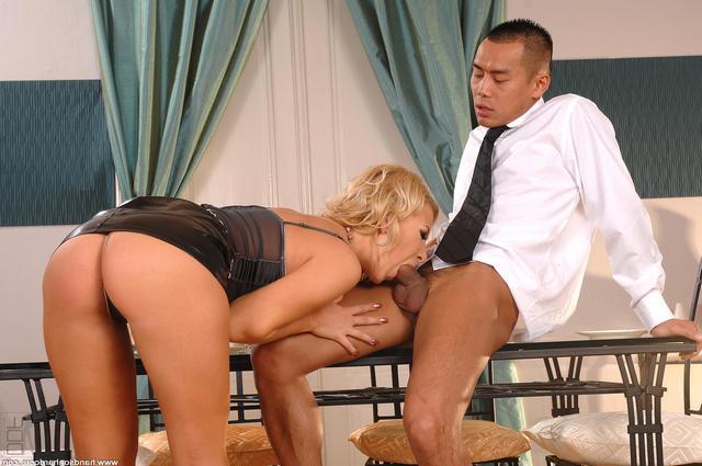 Красавица потрахалась с китайцем смотреть эротику