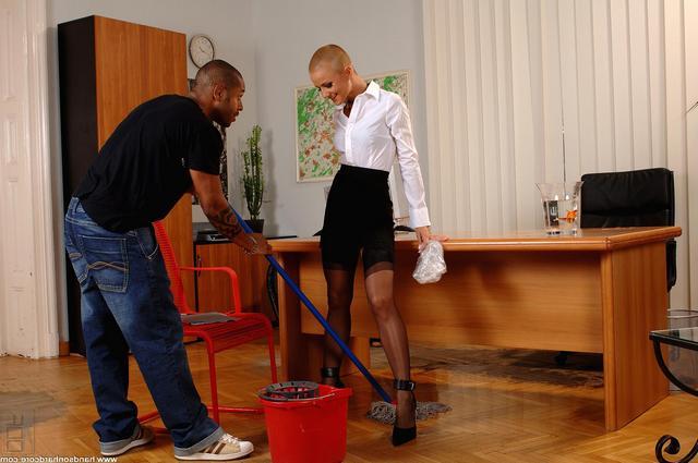 Начальница совратила темнокожего уборщика смотреть эротику