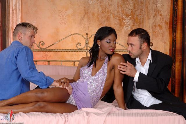 Пара друзей сняли негритянку секс фото