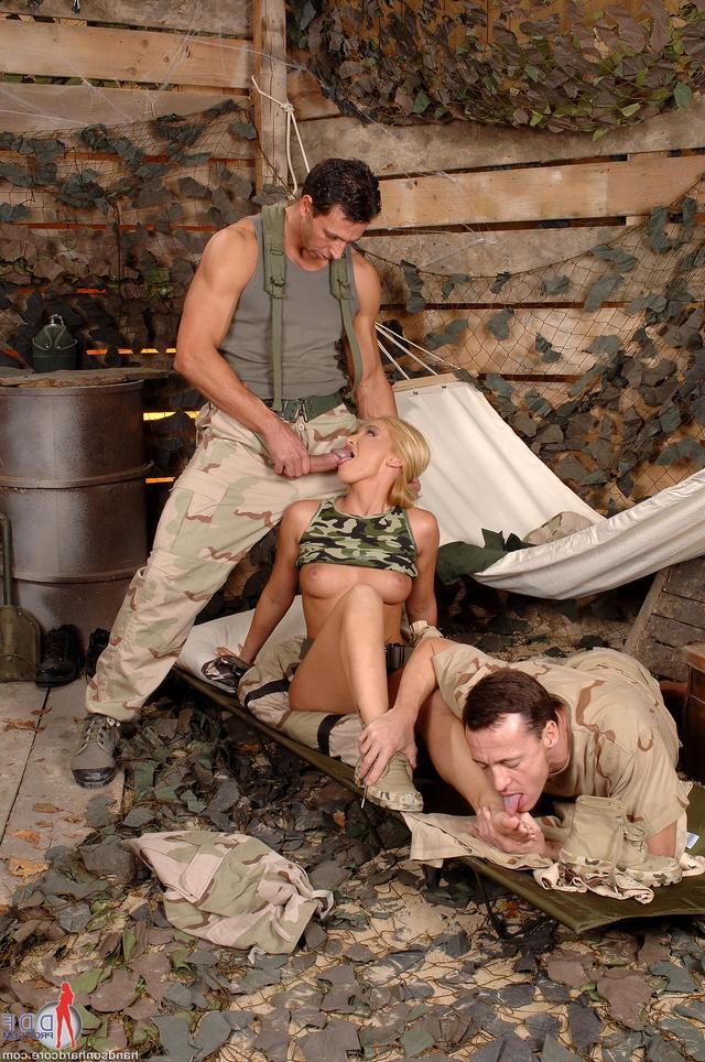 Малышка услаждает пару солдат