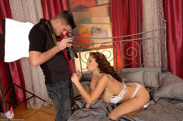 Порно звезда ублажает фотографа