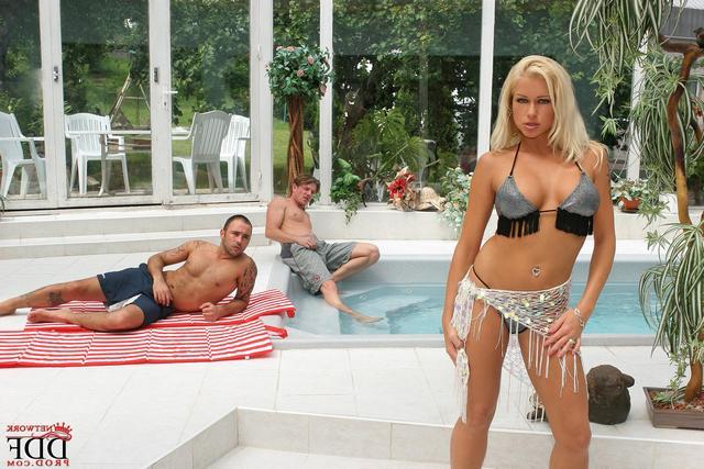 Роскошную блонди выебали вблизи от бассейна секс фото