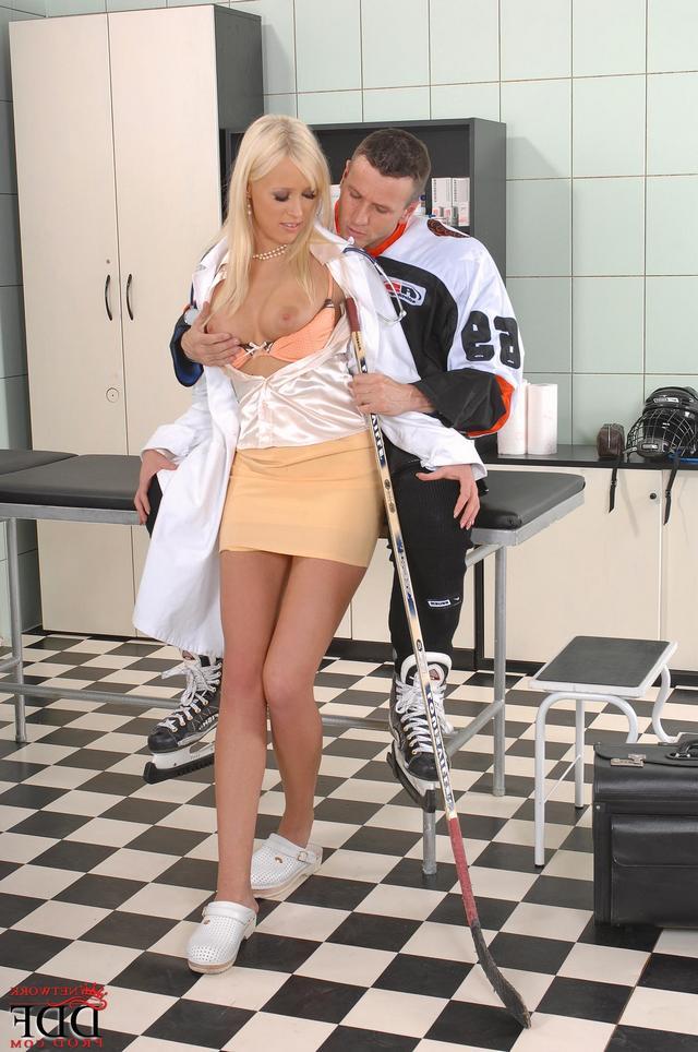 Хоккеисты отделали молоденькую медсестру