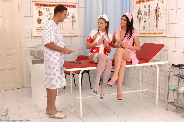 Медички ублажают возбужденного пациента секс фото