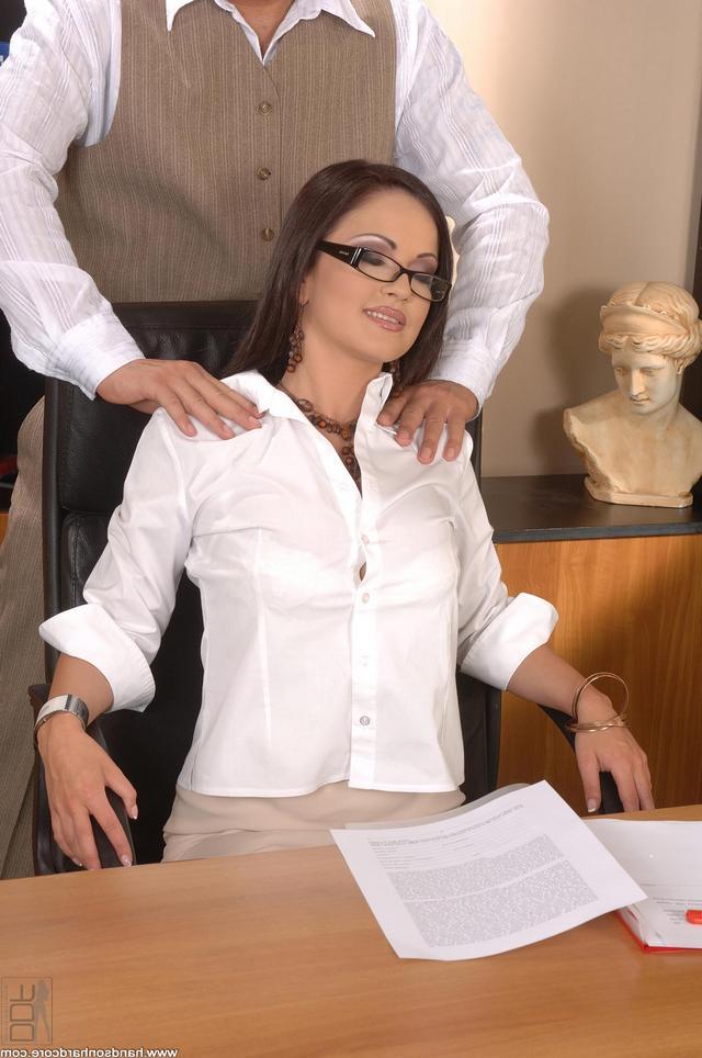 Коллеги перешли от массажа к сексу