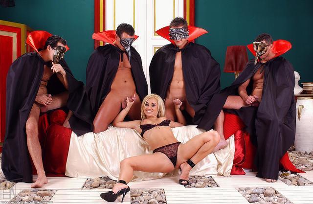 Сексапильный маскарад с групповухой смотреть эротику