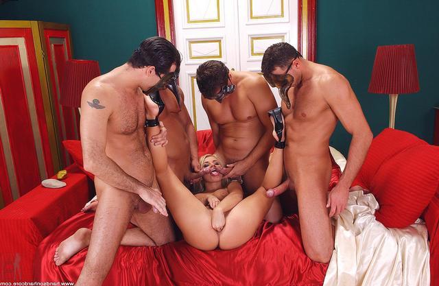 Сексуальный маскарад с групповухой