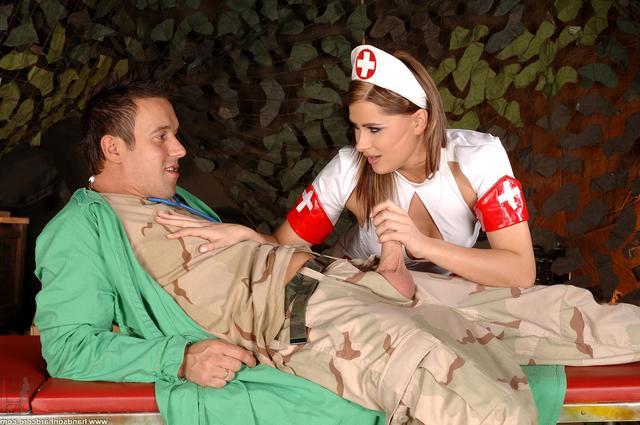 Врач уговорил медсестру на еблю