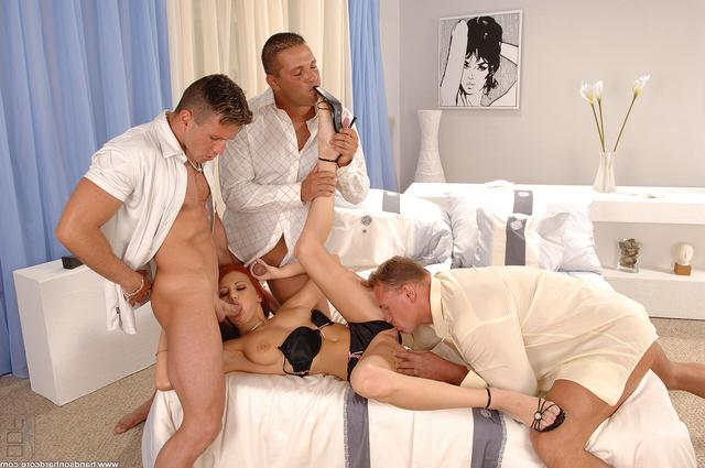 Золотоволосую Кристину ебут два соседа секс фото