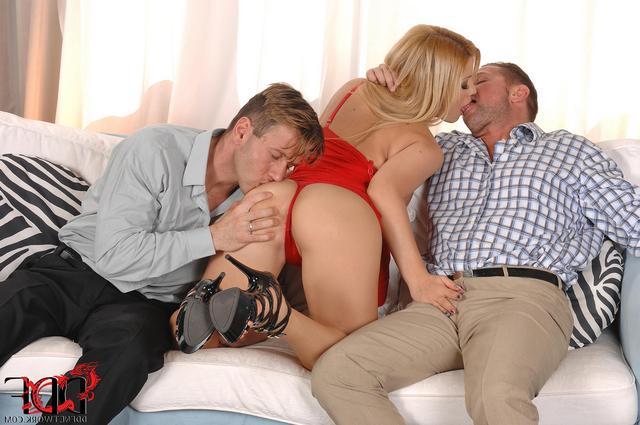 Игривая блонди развлекает Двоих мачо