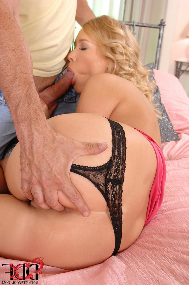 Светловолосая девушка настроена на супер секс секс фото