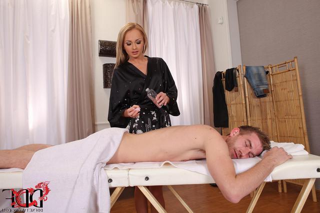 Порно соблазнила массажистка
