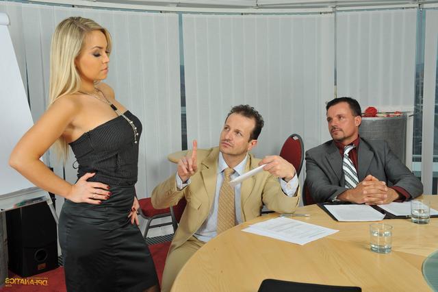 Сотрудницу выебали на совещании