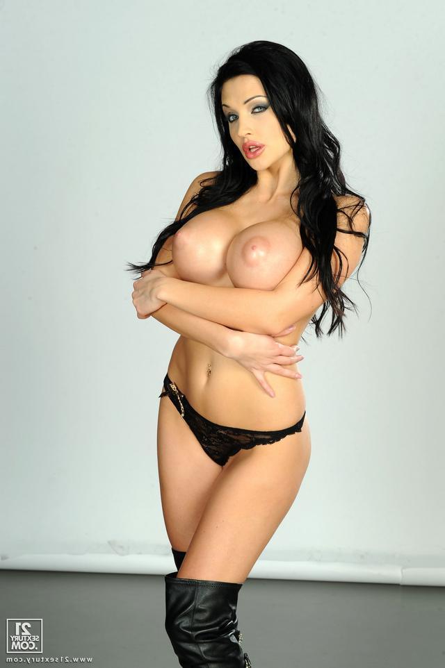 Порно-модель Карина показывает класс
