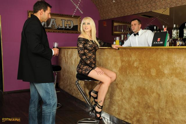 Блондинку соблазнили в баре