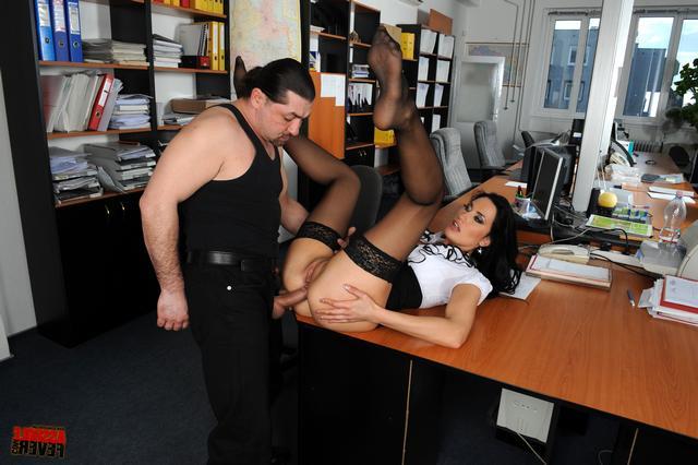 Начальник вздрючил свою сотрудницу