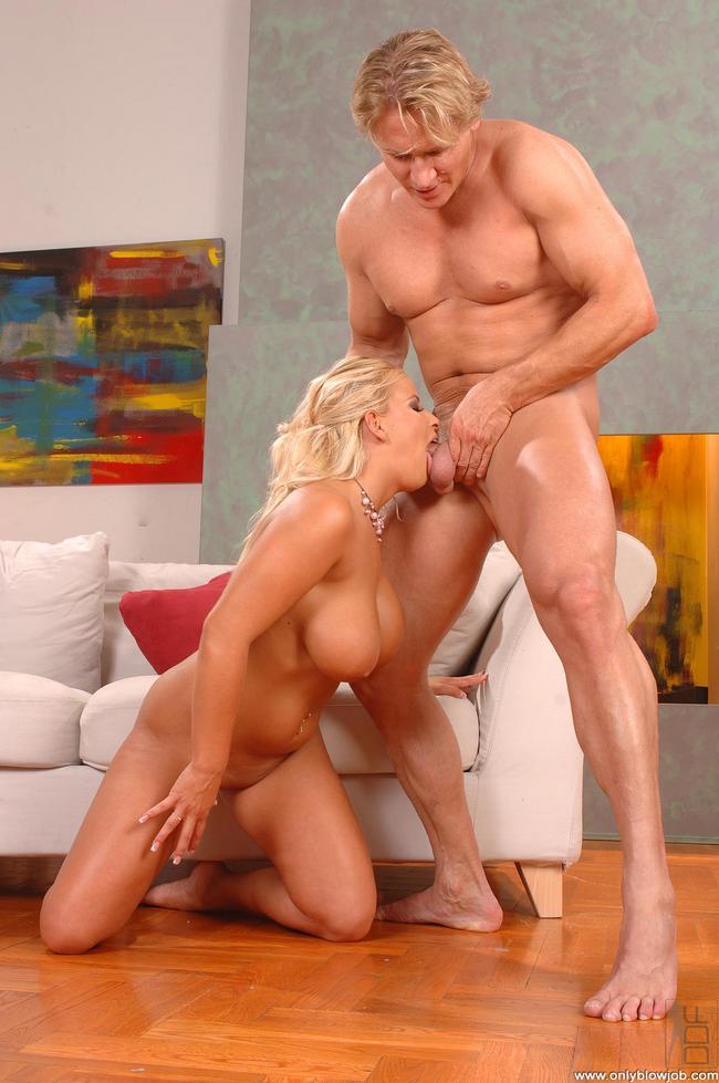 Светлая порноактриса наслаждается хером блондина