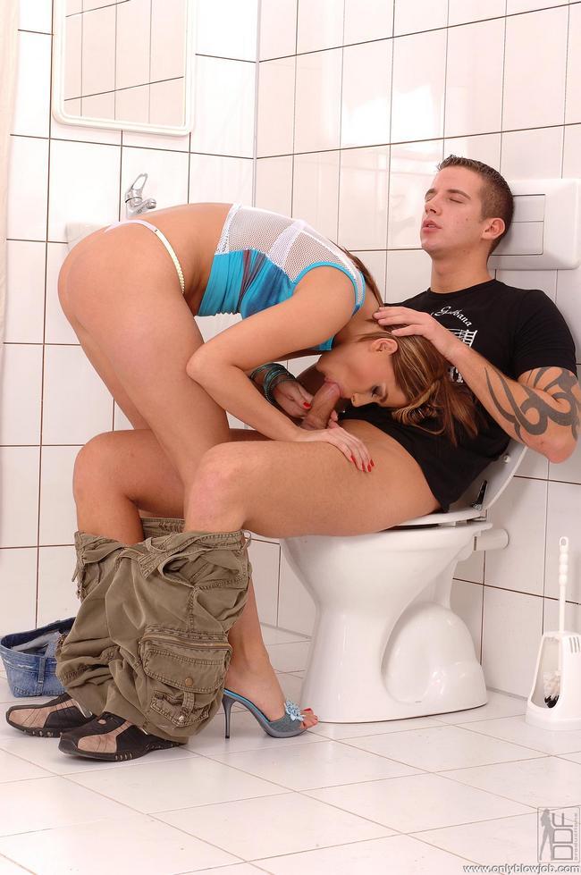 Порно отсос в туалете онлайн, адский фистинг нога в пизде