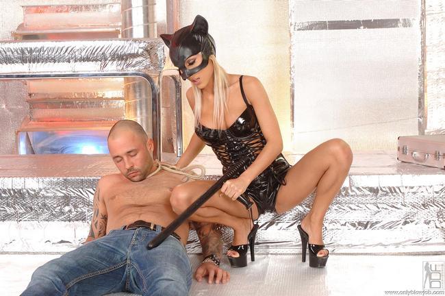 Сексуальная кошечка обожает члены