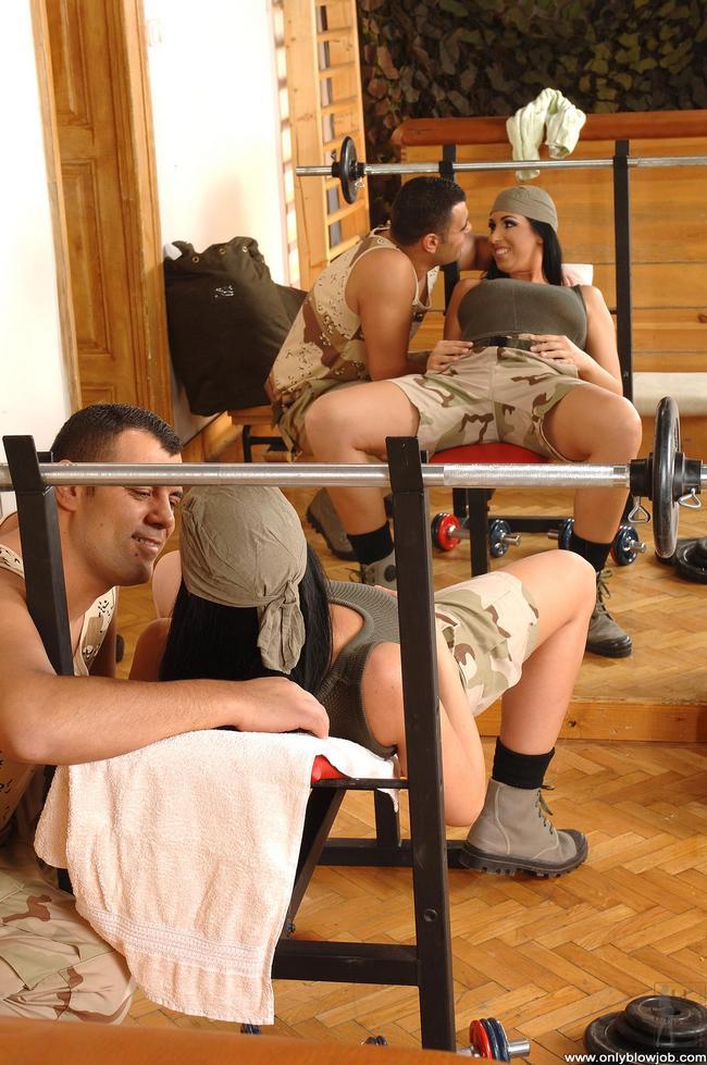 Солдатку Выебали В Рот В Тренажерке Порно И Секс Фото Втроем