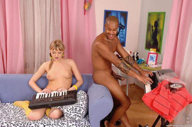 Кошечка соблазнена темнокожим музыкантом