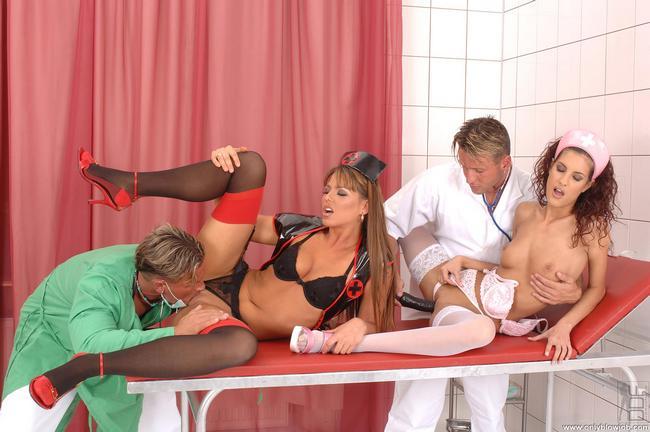 Медсестры развлекают возбужденных врачей