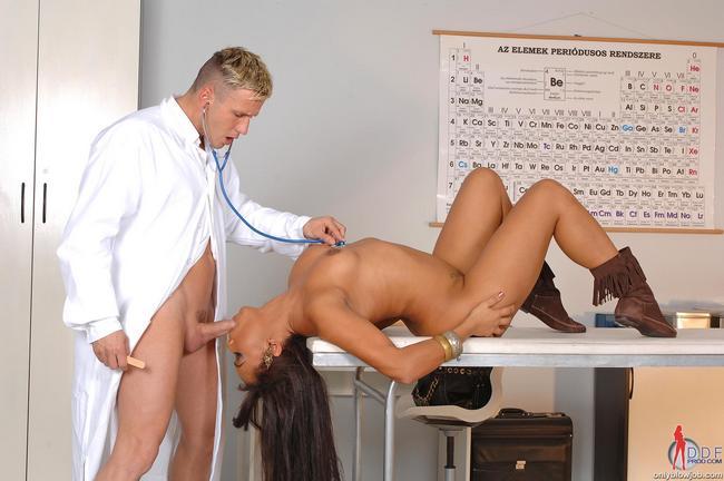 Дуня лижет у участкового врача