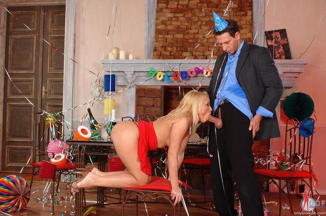 Катя взяла за щеку на вечеринке
