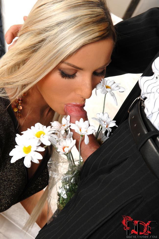 Целует яички любимого, сосет писю