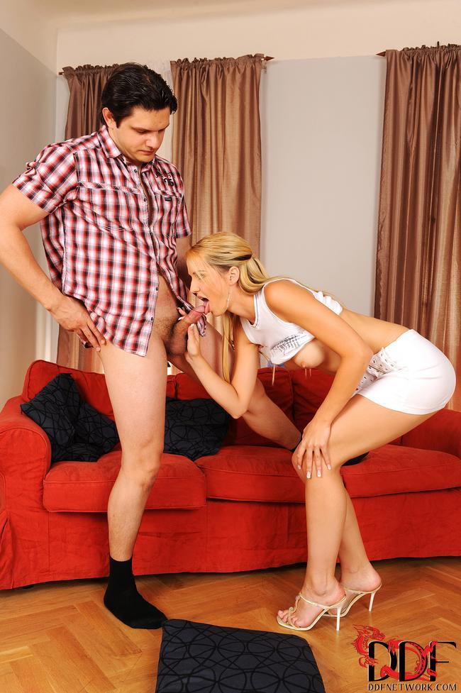 Супруги позируют, трахаясь на софе
