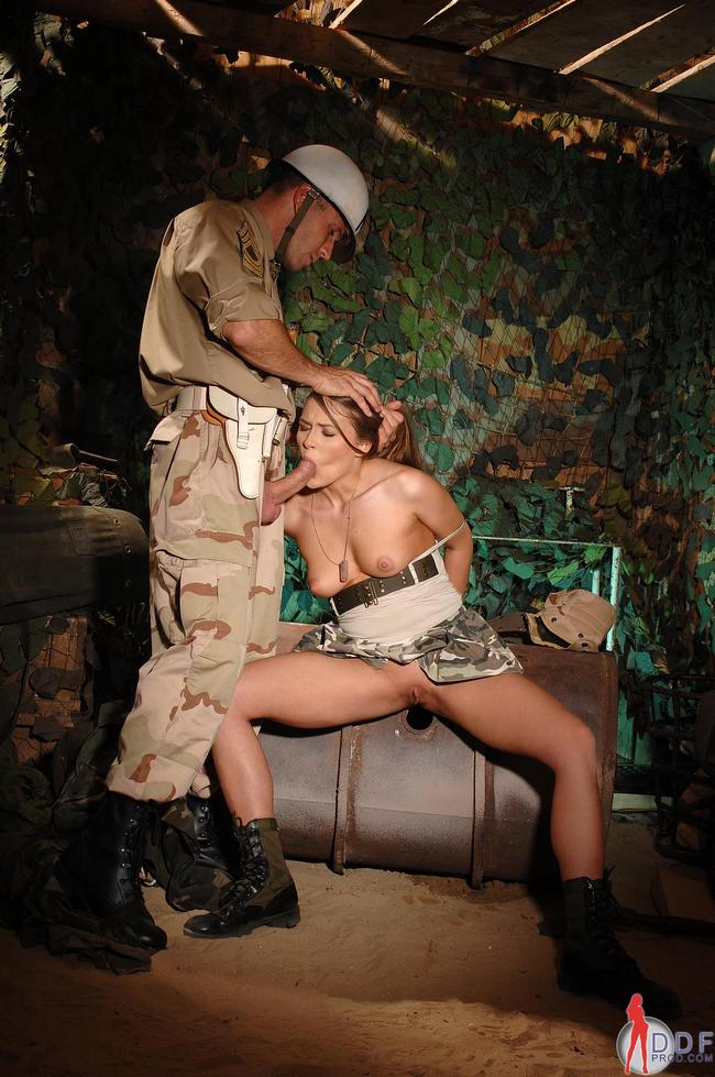 Командир натягивает свою солдатку