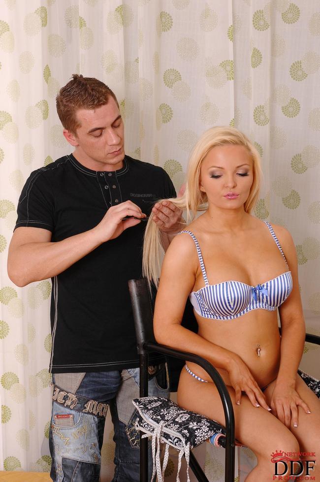 Страстная блондинка обожает сосать