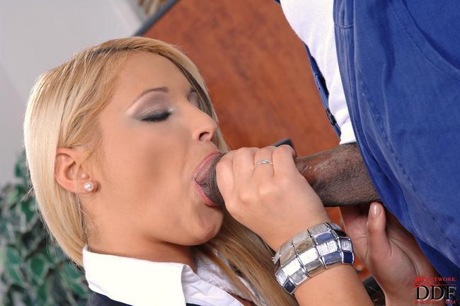 Мадам босс возбудила темнокожего рабочего секс фото
