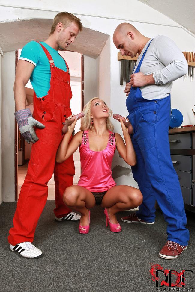 Уборщица и два возбужденных хуя