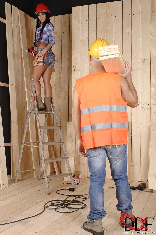 Работница берет за щеку член бригадира
