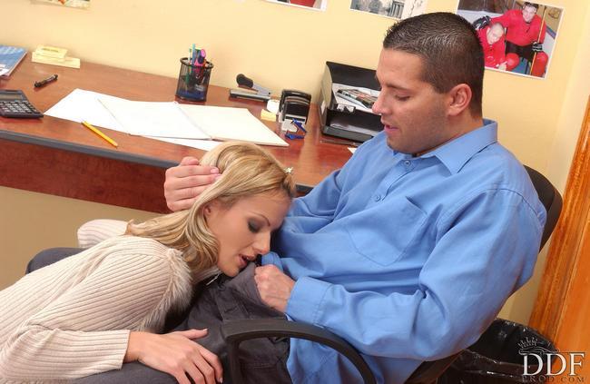 Сладкий секс в рабочем офисе