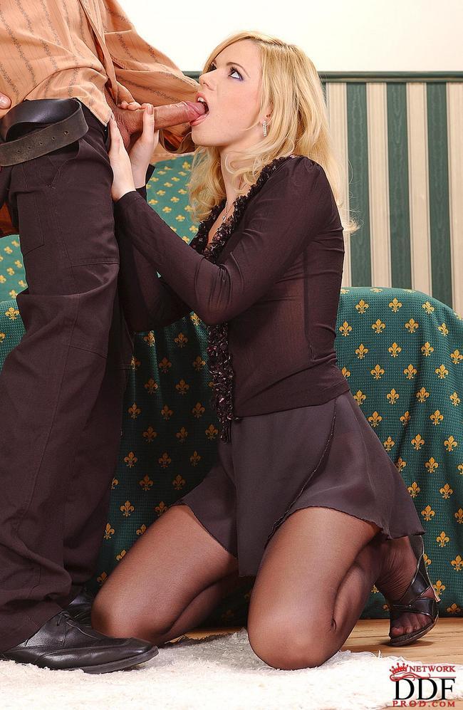 Милашка с стройной попой фотографируется секс фото