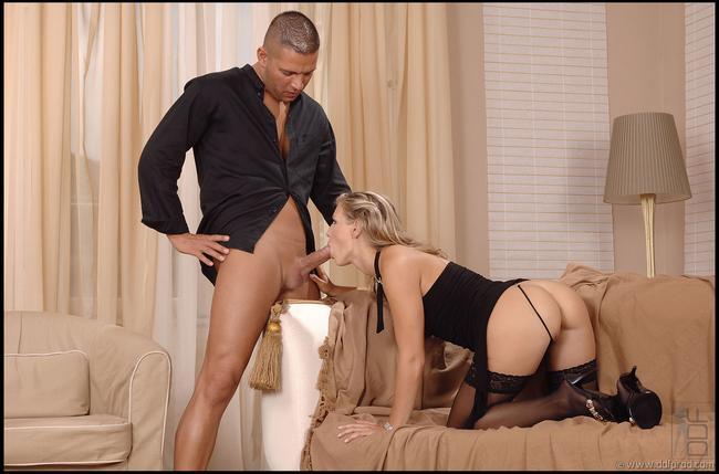 Белокурая красотка со своим ухажером секс фото
