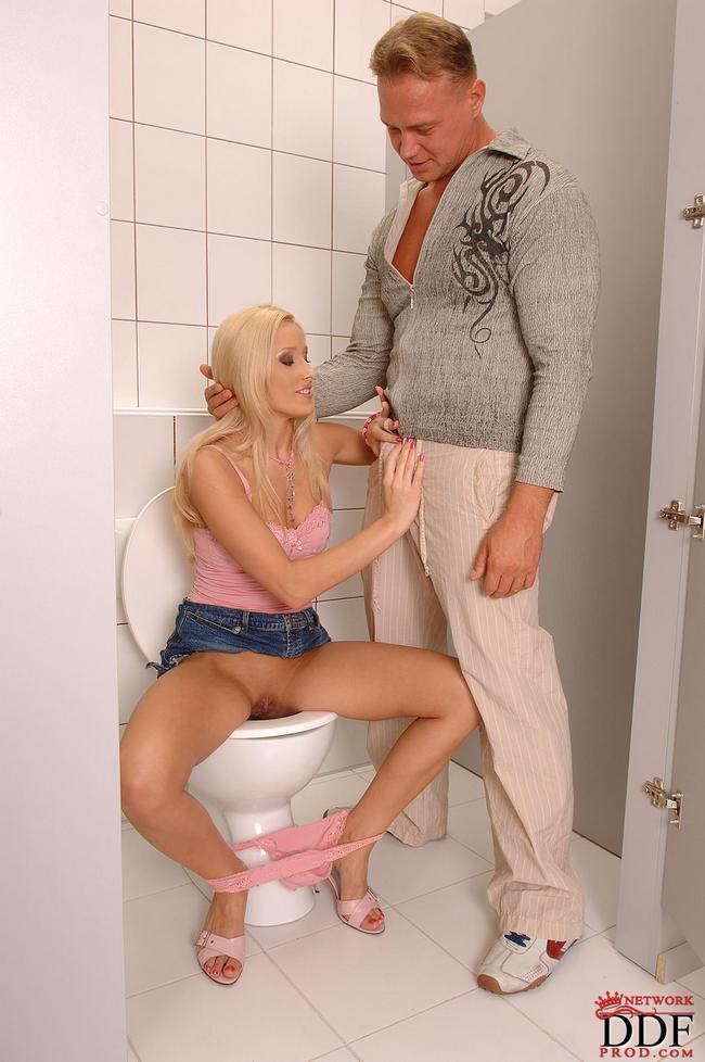 Блондинку натянули на член в туалете секс фото