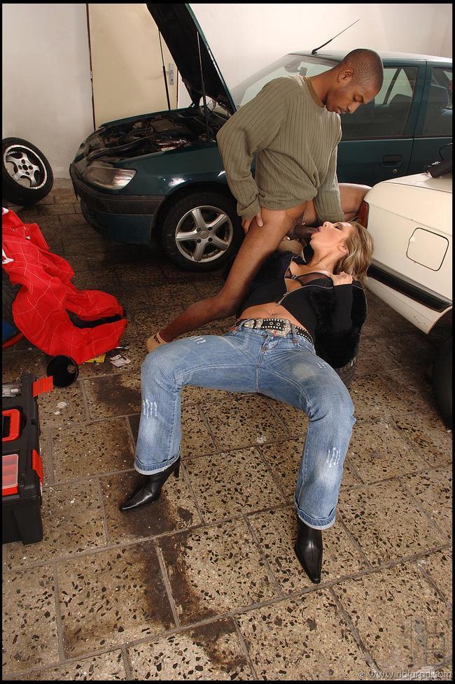 Африканский автомастер натягивает супругу авто