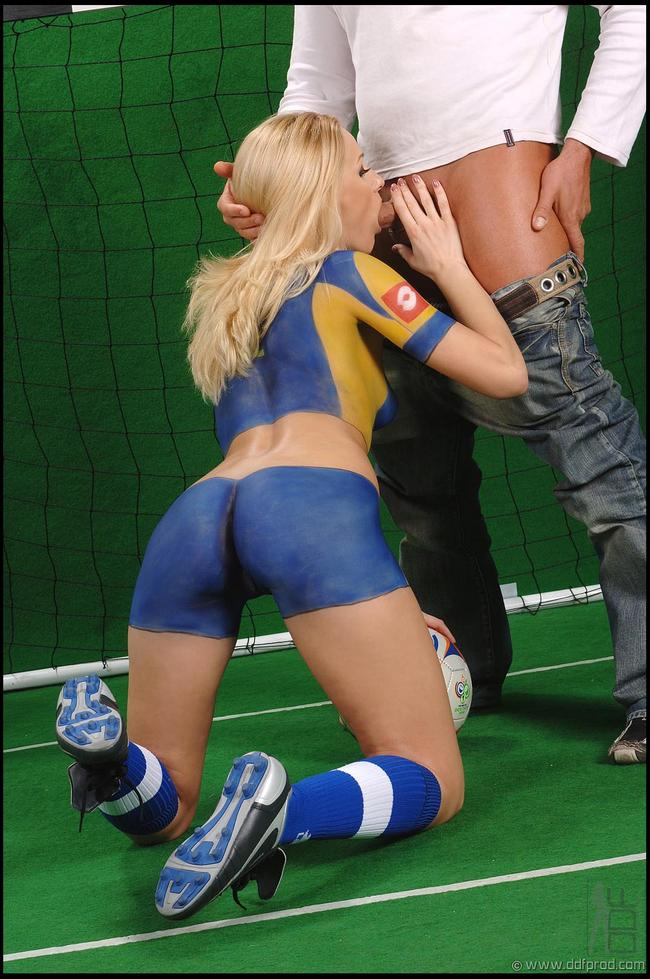 Поклонница отдается спортсмену на поле