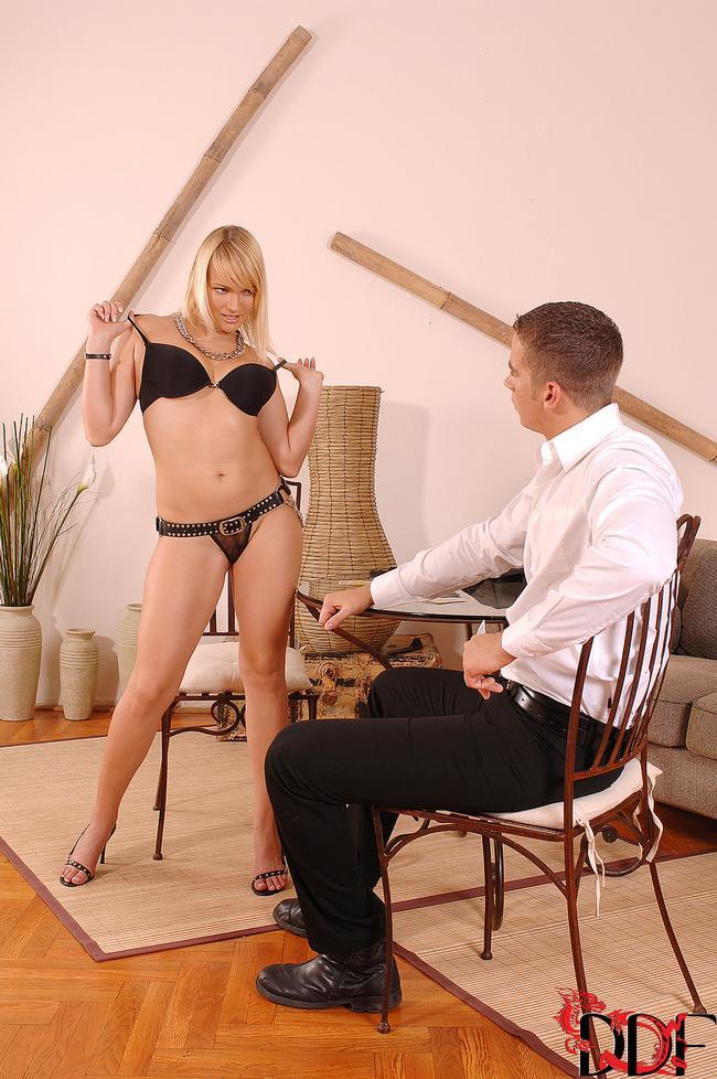 Блонди лижет мошонку и сосет член смотреть эротику