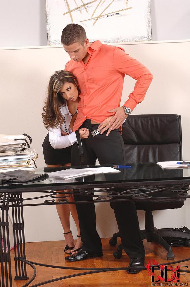 Молодая училка соблазнила старшеклассника