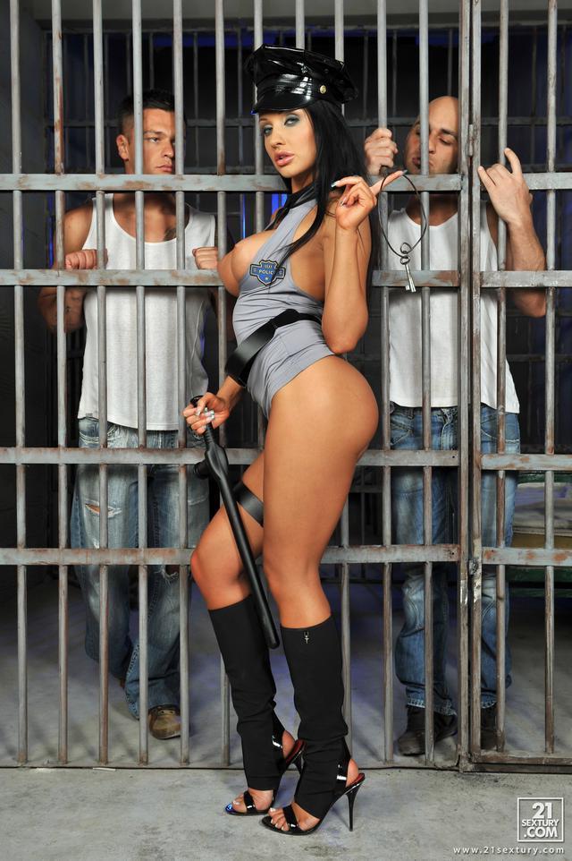 Заключенные поимели полицейскую суку