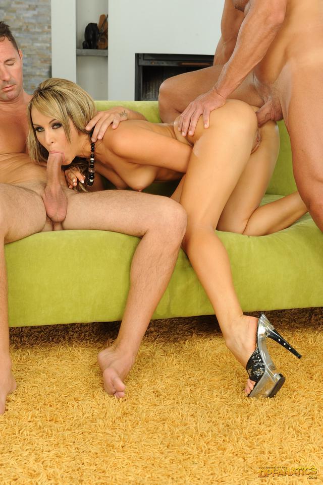 Раскованную блондинку имеют двое смотреть эротику
