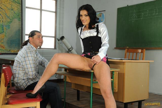 Студент и учитель натягивают ученицу смотреть эротику