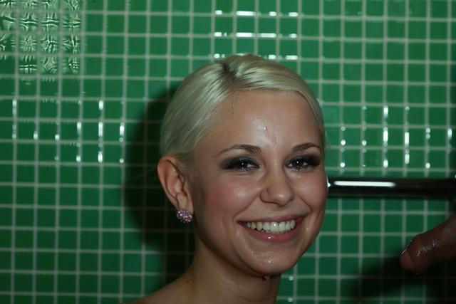 Блондиночке обоссали личико в ванной