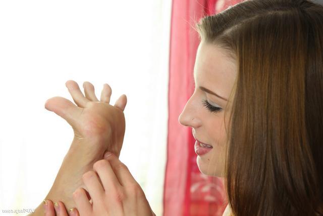 Крошки ласкают киски пальчиками ног